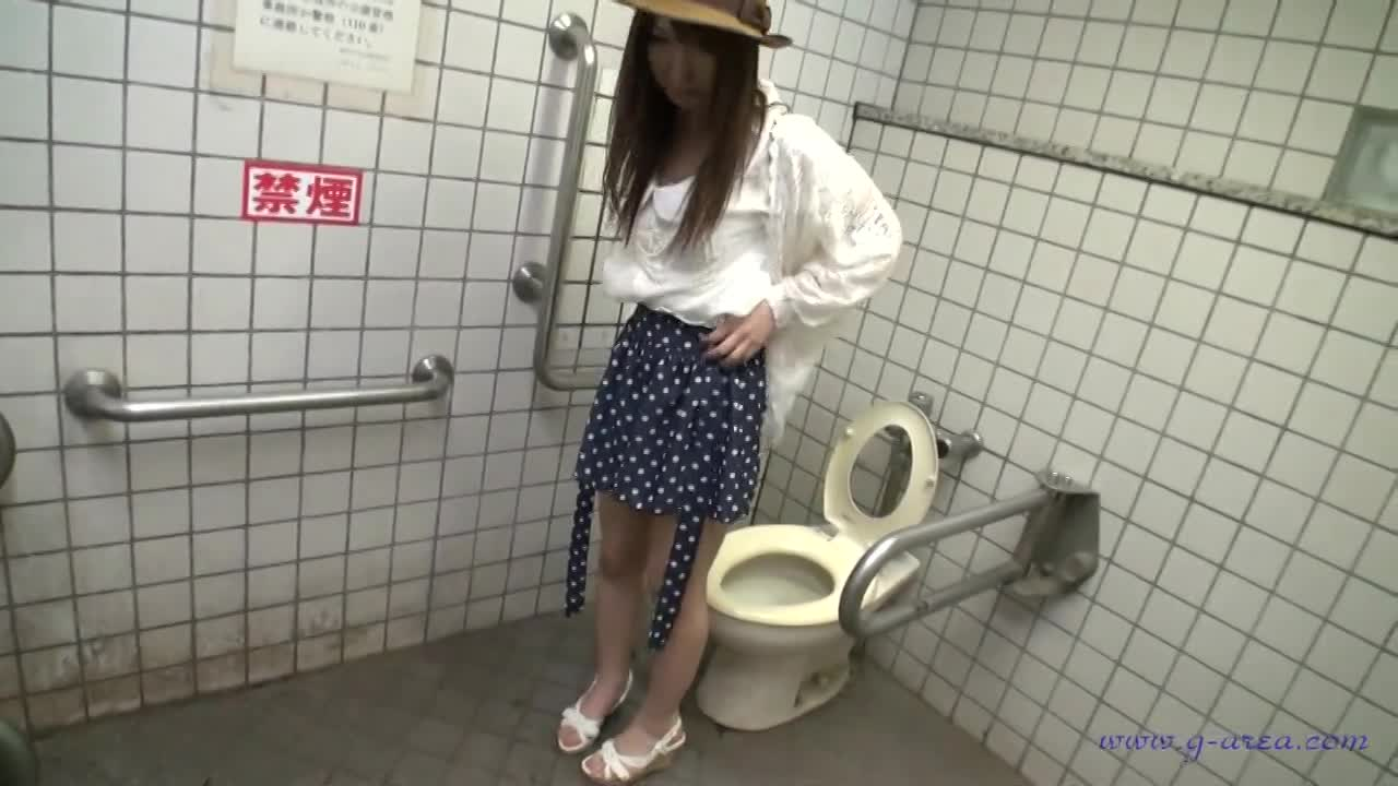 トイレにて、清楚の美人の放尿無料gal動画。美人な清楚系素人ギャル!